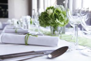 Tischdeko in schlichtem weiß und grün